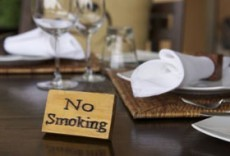 no-smoking-sign-on-restaurant-table