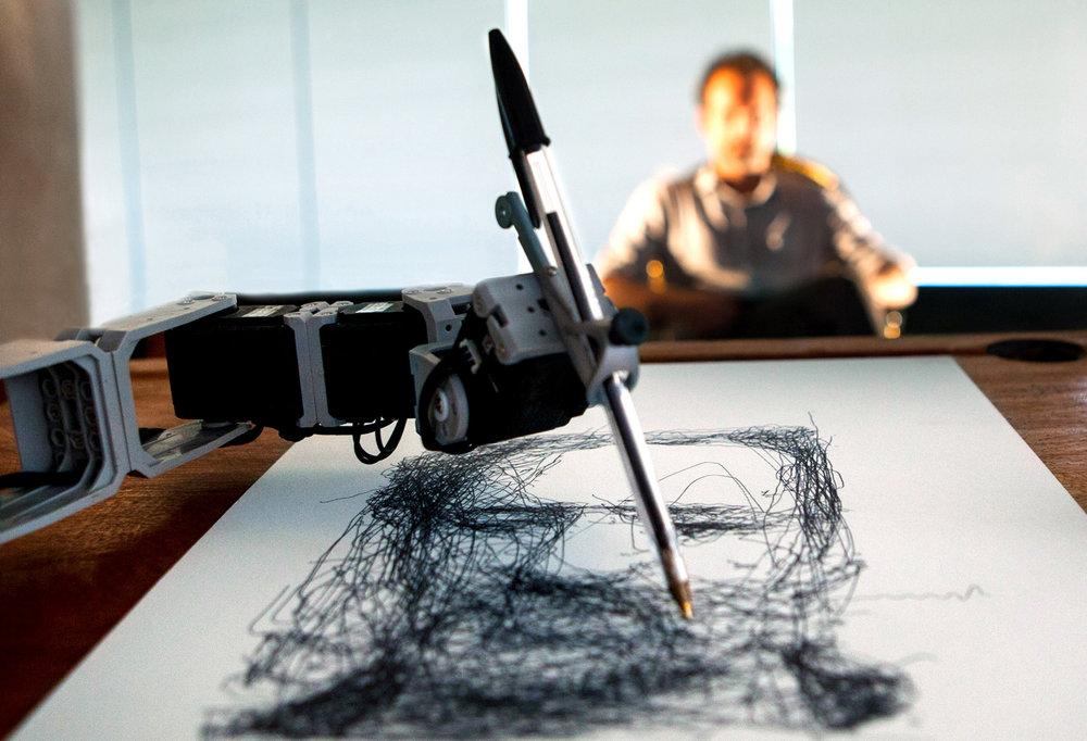 Художник-робот в отеле