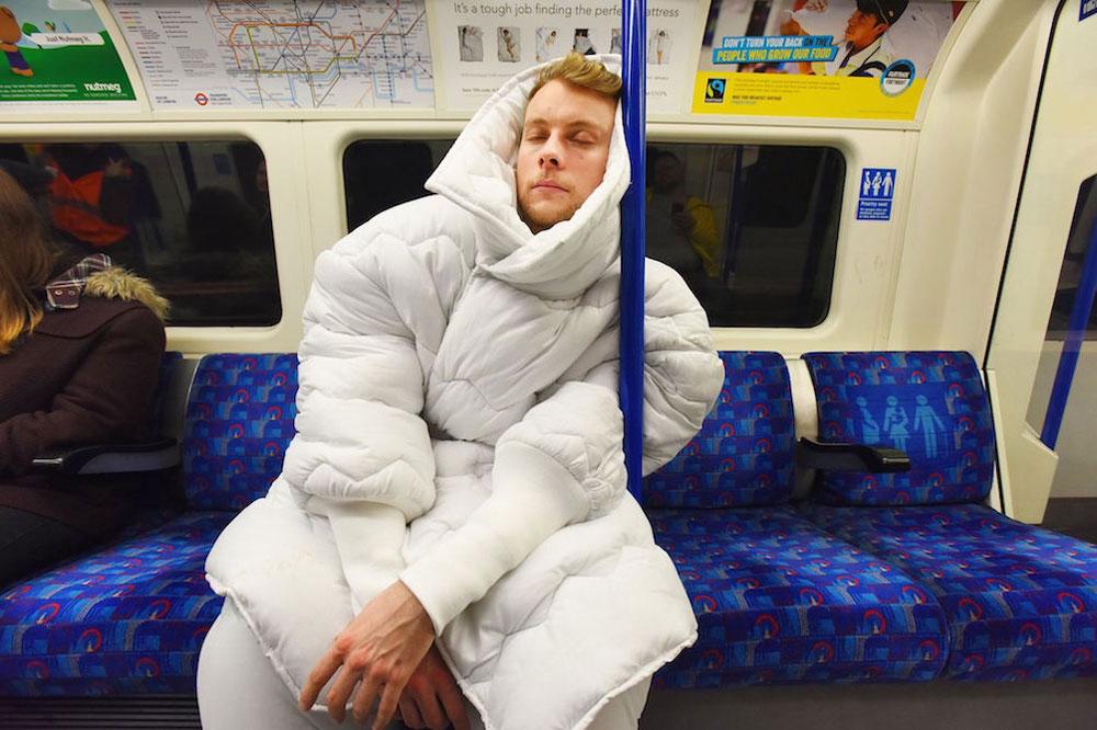 Ирландская сеть отелей Jurys Inn создала костюм из одеяла
