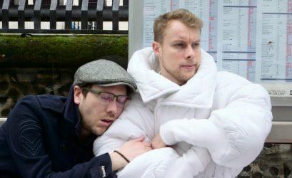 реклама отеля: костюм из одеяла