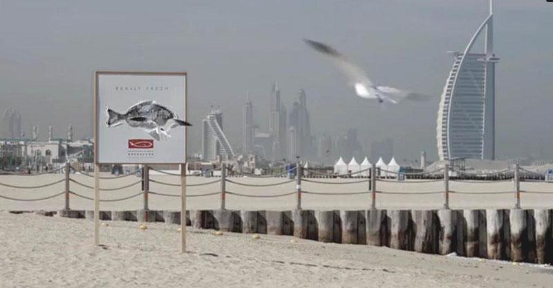 Рыбный ресторан создал съедобные билборды