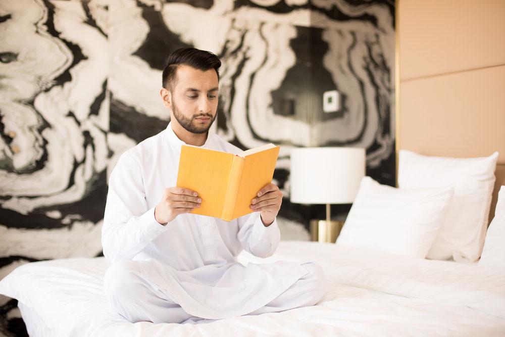 гость мусульманин в номере отеля