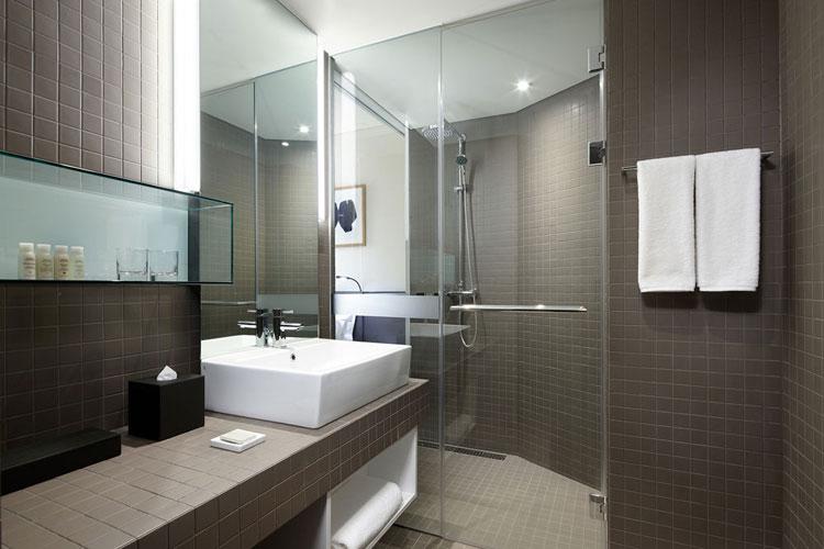 Традиционная ванная комната в гостиничном номере